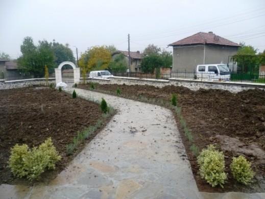 растителността е засадена... условията за работа бяха доста кални :)