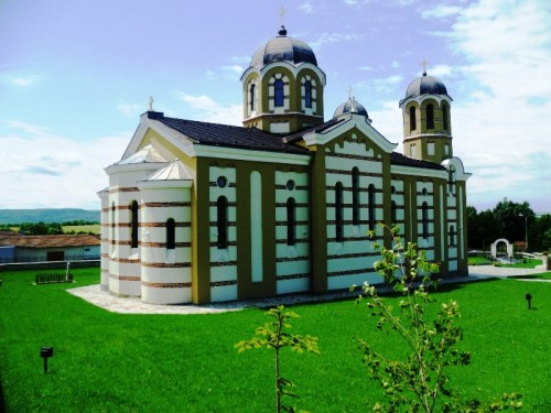 обновената църква в с.Дойренци