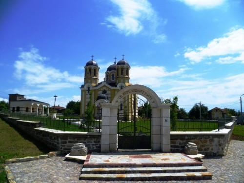 """обновената църква """" Св. Великомъченик Димитрий """""""